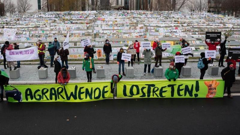 Protest gegen die aktuelle Agrar- und Ernährungspolitik Deutschlands vor dem Bundeskanzleramt. Foto: Christoph Soeder/dpa