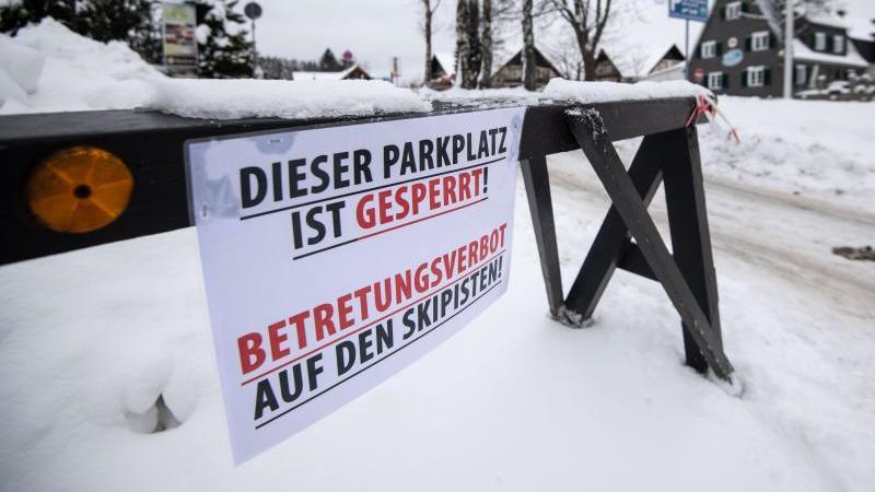 Die Zufahrt zu einem Parkplatz in Winterberg (NRW) ist gesperrt. Foto: Marius Becker/dpa