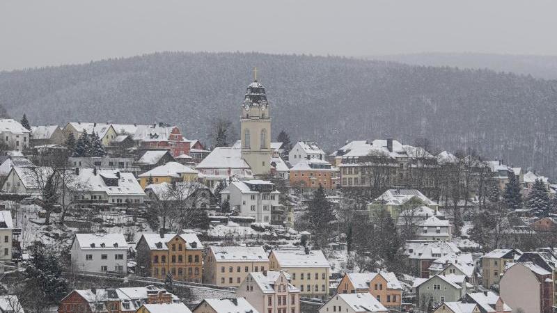 Verschneit sind die Dächer der Stadt im Erzgebirge mit der Friedenskirche. Foto: Robert Michael/dpa-Zentralbild/dpa