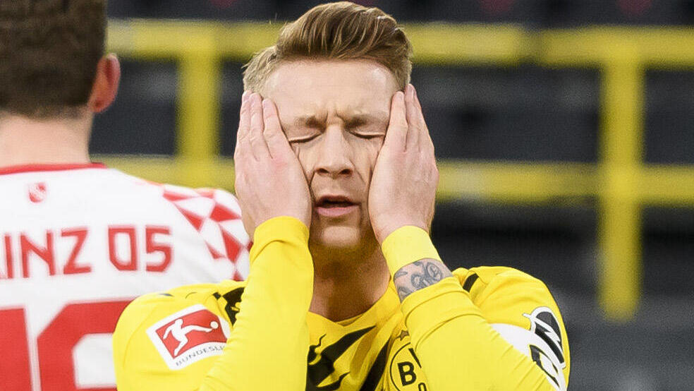 Marco Reus kann seinen verschossenen Elfmeter kaum fassen.