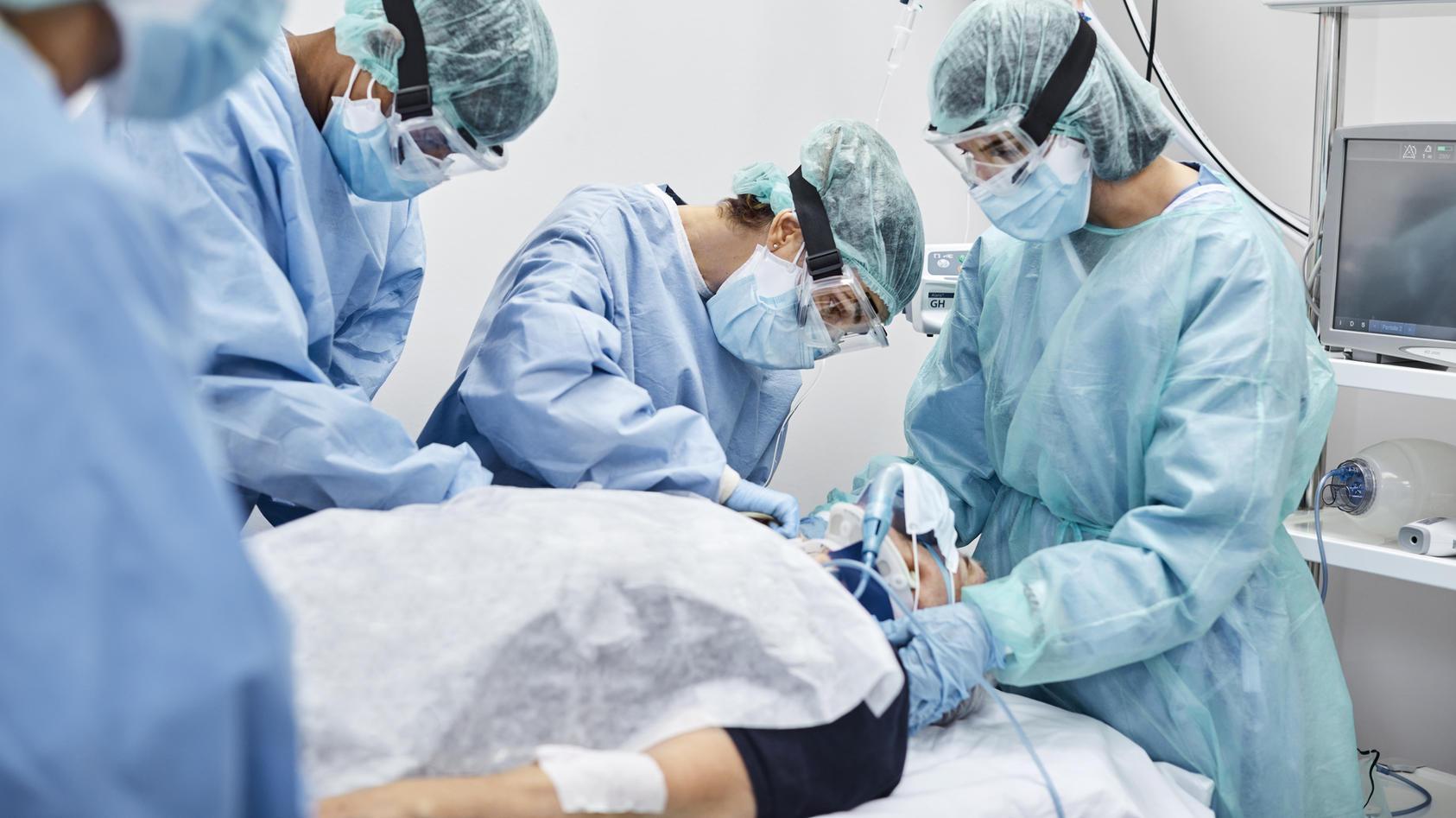 Laut SPD-Gesundheitsexperte Karl Lauterbach liegen auf den Corona-Intensivstationen immer mehr Jüngere.
