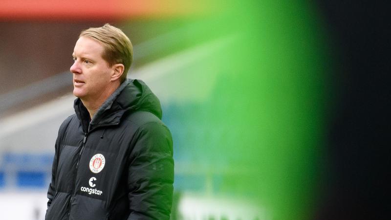 St. Paulis Trainer Timo Schultz steht am Spielfeldrand. Foto: Swen Pförtner/dpa
