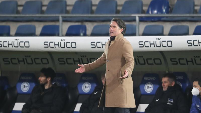 Trainer Bruno Labbadia aus Berlin steht an der Seitenlinie. Foto: Friso Gentsch/dpa