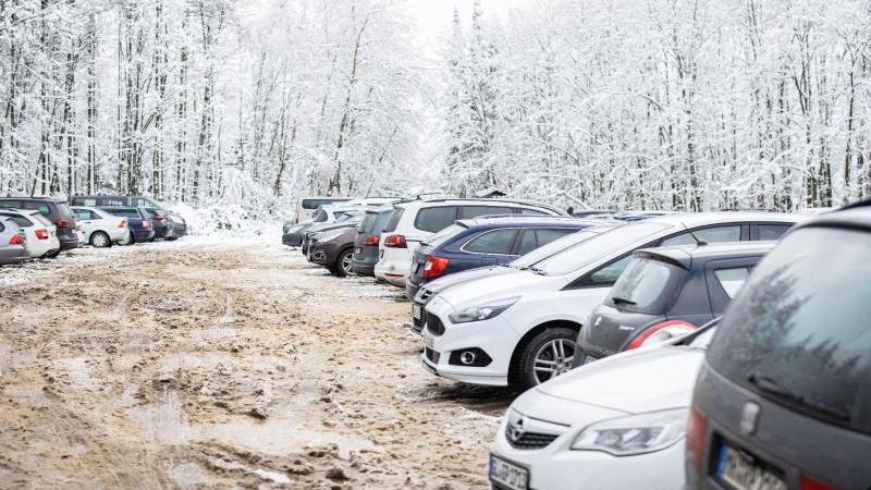 Zahlreiche Autos parken auf einem überfüllten Parkplatz. Foto: Marcel Kusch/dpa