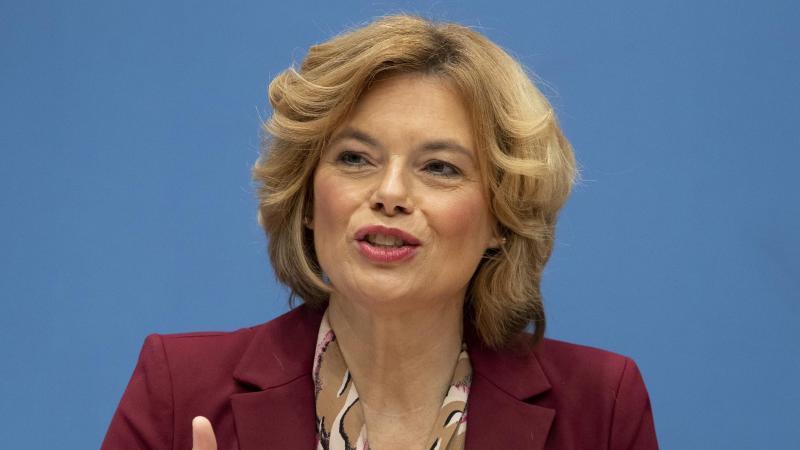 Bundesagrarministerin Julia Klöckner (CDU) spricht bei einer Pressekonferenz. Foto: Michael Sohn/POOL AP/dpa