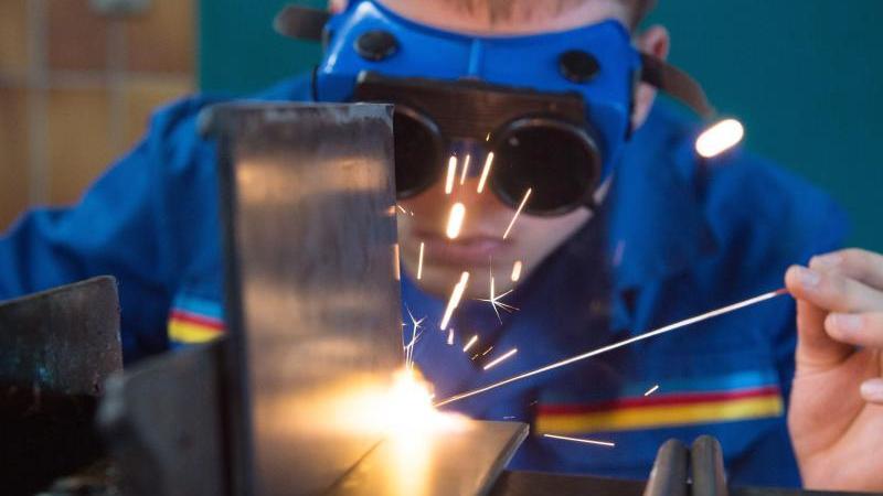 Ein Auszubildender demonstriert in einer Werkstatt das Gasschweißen. Foto: Sebastian Kahnert/dpa-Zentralbild/dpa/Symbolbild