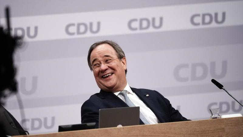 Der neue Parteivorsitzende Armin Laschet sitzt auf dem Podium. Foto: Michael Kappeler/dpa