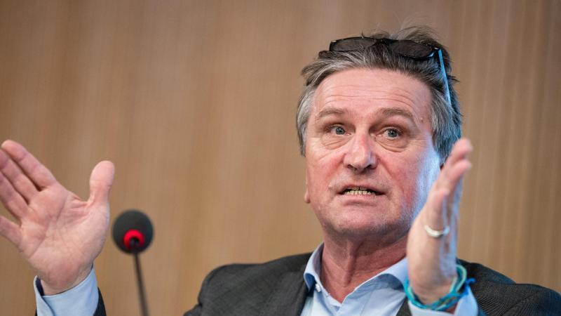 ManfredLucha, Gesundheitsminister von Baden-Württemberg, spricht auf einer Pressekonferenz. Foto: Christoph Schmidt/dpa