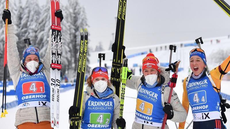 Die Biathletinnen Vanessa Hinz (l-r), Janina Hettich, Denise Herrmann und Franziska Preuß feiern den Staffelsieg in Oberhof. Foto: Martin Schutt/dpa-Zentralbild/dpa