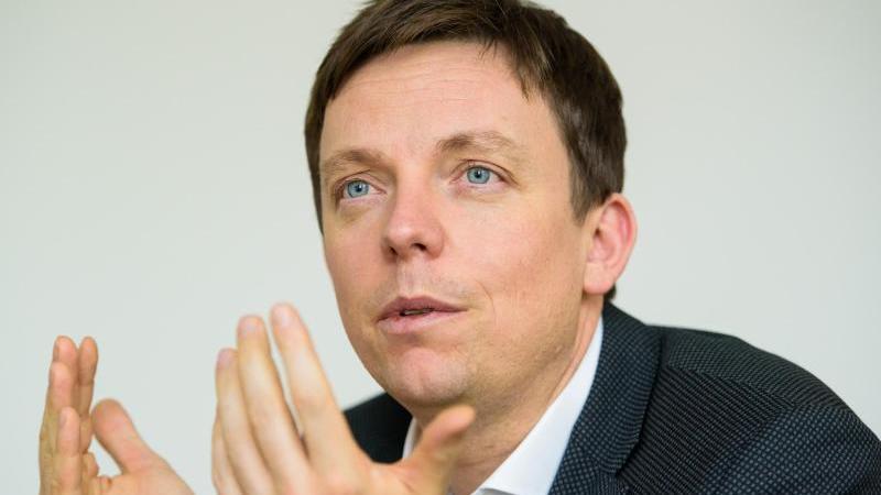 Tobias Hans (CDU), Ministerpräsident des Saarlandes, spricht in seinem Büro. Foto: Oliver Dietze/dpa/Archivbild