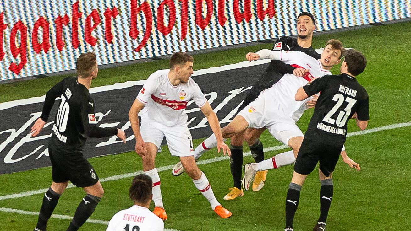 Ramy Bensebaini hält Stuttgarts Sasa Kalajdzic.