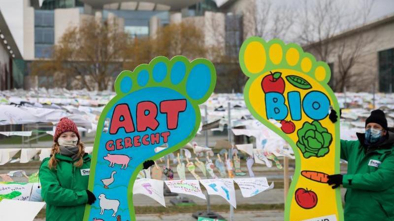 Aktivisten des Bund für Umwelt und Naturschutz Deutschland (Bund) bei einem Protest in Berlin gegen die aktuelle Agrar- und Ernährungspolitik Deutschlands. Foto: Christoph Soeder/dpa