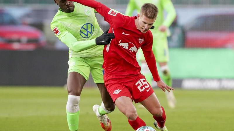 Wolfsburg's Josuha Guilavogui (l) und Leipzigs Daniel Olmo beimKampf um den Ball. Foto: Michael Sohn/AP Pool/dpa