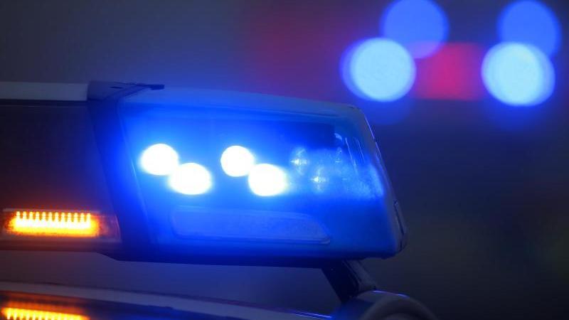 Ein Blaulicht leuchtet an einer Polizeistreife. Foto: Karl-Josef Hildenbrand/dpa/Symbolbild