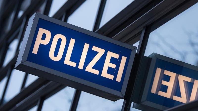 """Der Schriftzug """"Polizei"""" ist vor einem Polizeirevier zu sehen. Foto: Boris Roessler/dpa/Symbolbild"""