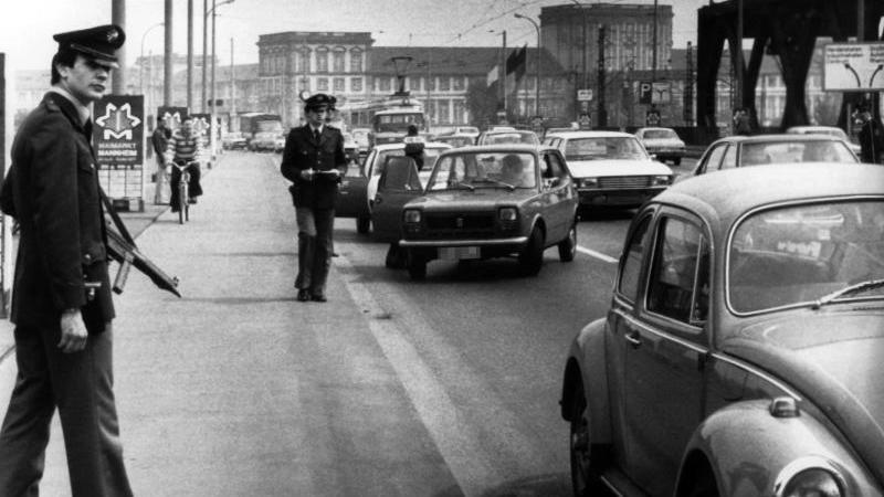 In Mannheim wurde am 04.05.1977 Alarmfahndung ausgelöst, nachdem Passanten den flüchtigen 24-jährigen Anarchisten Christian Klar am Steuer eines Volkswagens gesehen haben wollen. (Archiv). Foto: DB/dpa