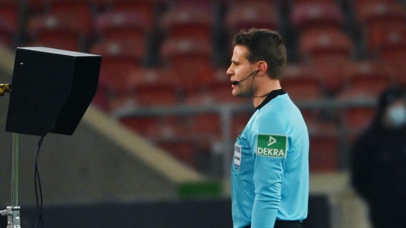 Schiedsrichter Felix Brych blickt beim Videobeweis auf einen Monitor. Foto: Marijan Murat/dpa