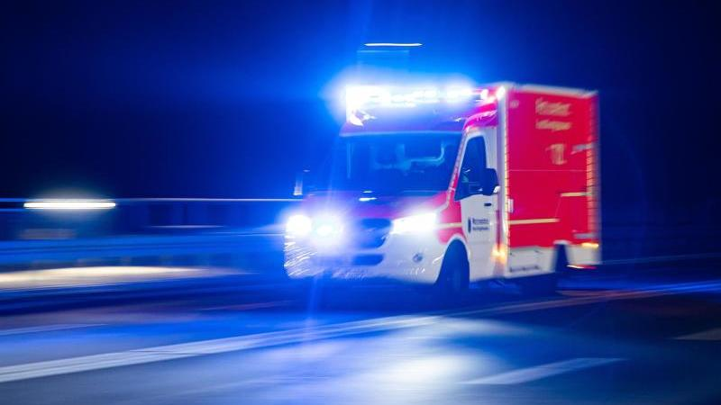 Ein Rettungswagen der Feuerwehr fährt mit Blaulicht durch eine Straße. Foto: Marcel Kusch/dpa