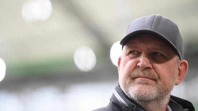 Jörg Schmadtke, Geschäftsführer Sport beim VfL Wolfsburg, steht vor einem Spiel in der Volkswagen-Arena. Foto: Swen Pförtner/dpa