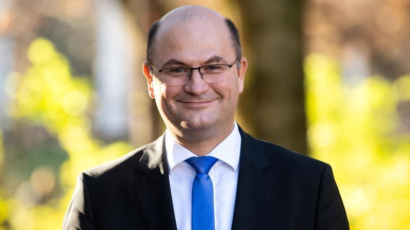 Albert Füracker (CSU), Finanzminister von Bayern, schaut in die Kamera. Foto: Sven Hoppe/dpa