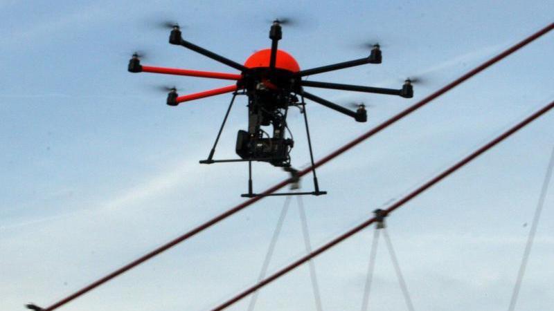 Mit einer anmontierten Kamera schwebt eine Drohne eines Fotografen durch die Luft. Foto: Felix Frieler/dpa/Symbolbild