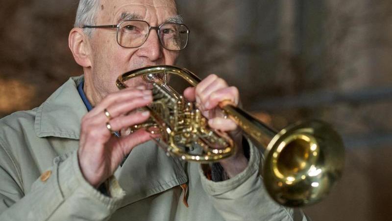 Klaus Dannert, 90-jähriger Hobby-Trompeter in Koblenz. Foto: Thomas Frey/dpa