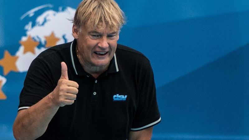 Bundestrainer Hagen Stamm hebt den Daumen. Foto: Bernd Thissen/dpa/Archivbild