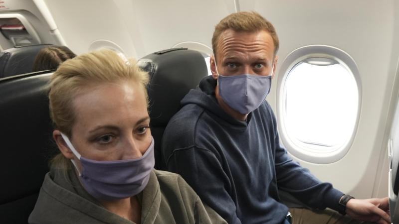 Kremlgegner Alexej Nawalny und seine Ehefrau Julia auf dem Flug nach Moskau. Foto: Mstyslav Chernov/AP/dpa