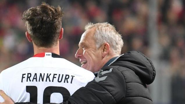 David Abraham von Eintracht Frankfurt und Freiburg-Coach Christian Streich