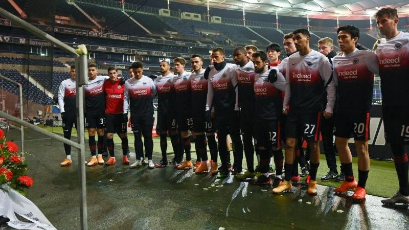 Frankfurts Spieler gedenken vor dem Spiel einem verstorbenen Eintracht-Fan. Foto: Arne Dedert/dpa