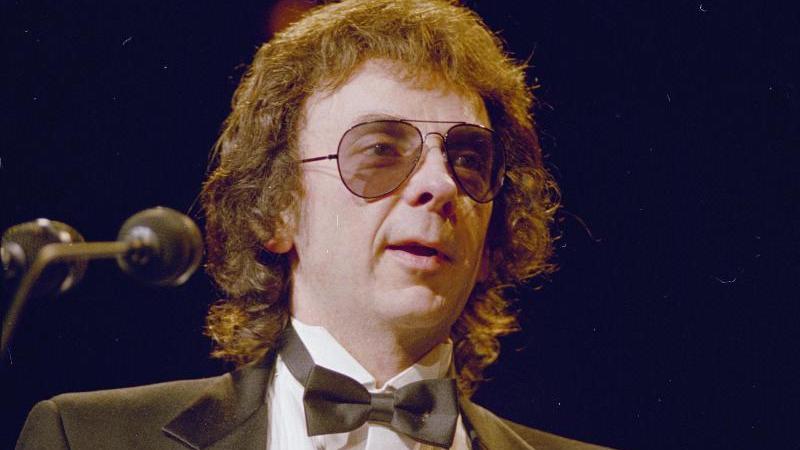 Phil Spector, Plattenproduzent und verurteilter Mörder aus den USA, steht auf einer Bühne. (Archiv). Foto: Uncredited/AP/dpa
