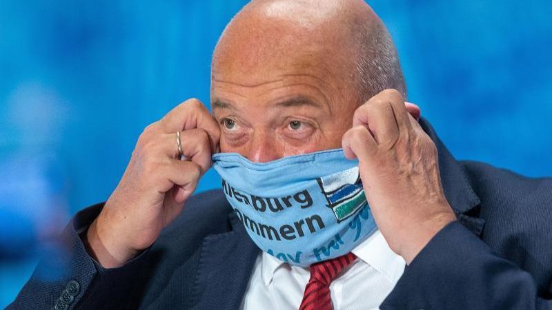 Harry Glawe (CDU) bei einer Pressekonferenz. Foto: Jens Büttner/dpa-Zentralbild/dpa/Archivbild
