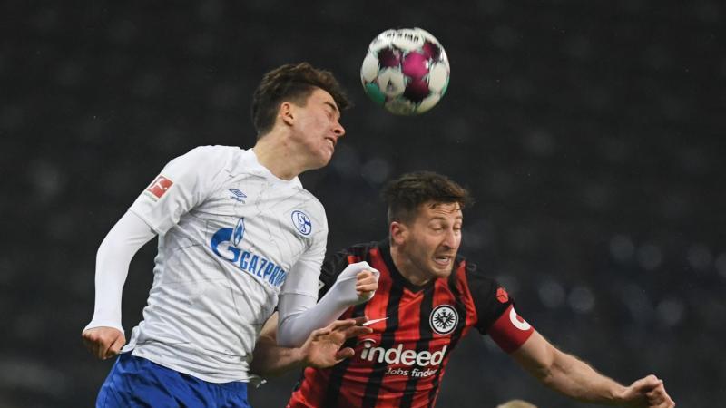 Konnte sich nur selten durchsetzen:Schalkes Matthew Hoppe (l) gegen Frankfurts Abwehrmann David Abraham. Foto: Arne Dedert/dpa