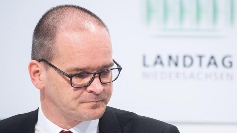 Grant Hendrik Tonne, Kultusminister in Niedersachsen, sitzt bei einer Pressekonferenz. Foto: Julian Stratenschulte/dpa