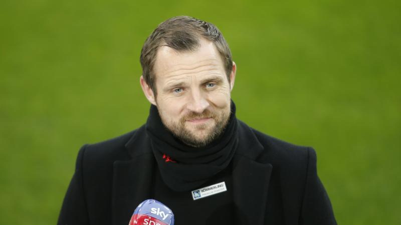 Der Mainzer Trainer Bo Svensson gibt vor dem Spiel ein Interview. Foto: Leon Kuegeler/Reuters Pool/dpa