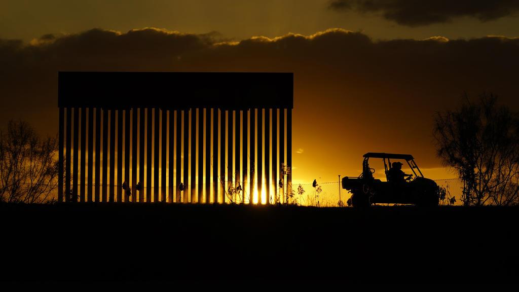 15.11.2020, USA, Mission: Mitarbeiter des Grenzschutzes passieren eine Baustelle der Mauer an der Grenze zu Mexiko. Der gewählte US-Präsident (President-elect) Biden, wird nach seinem Amtseintritt unter Druck stehen, sein versprechen einzulösen und d