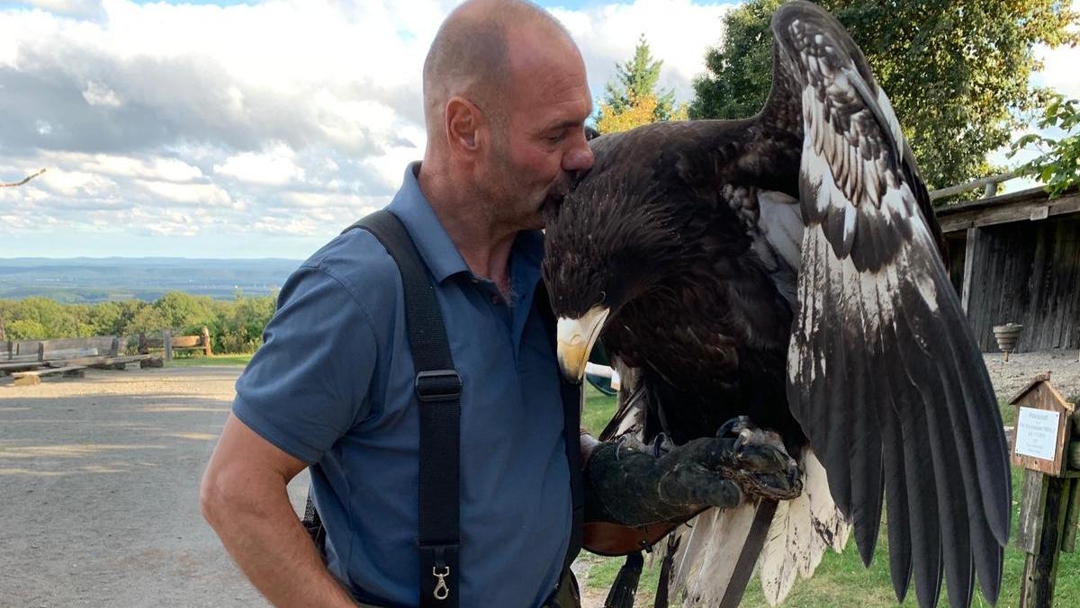 Harald Schauß und seine Riesenseeadler-Dame Lagatha.