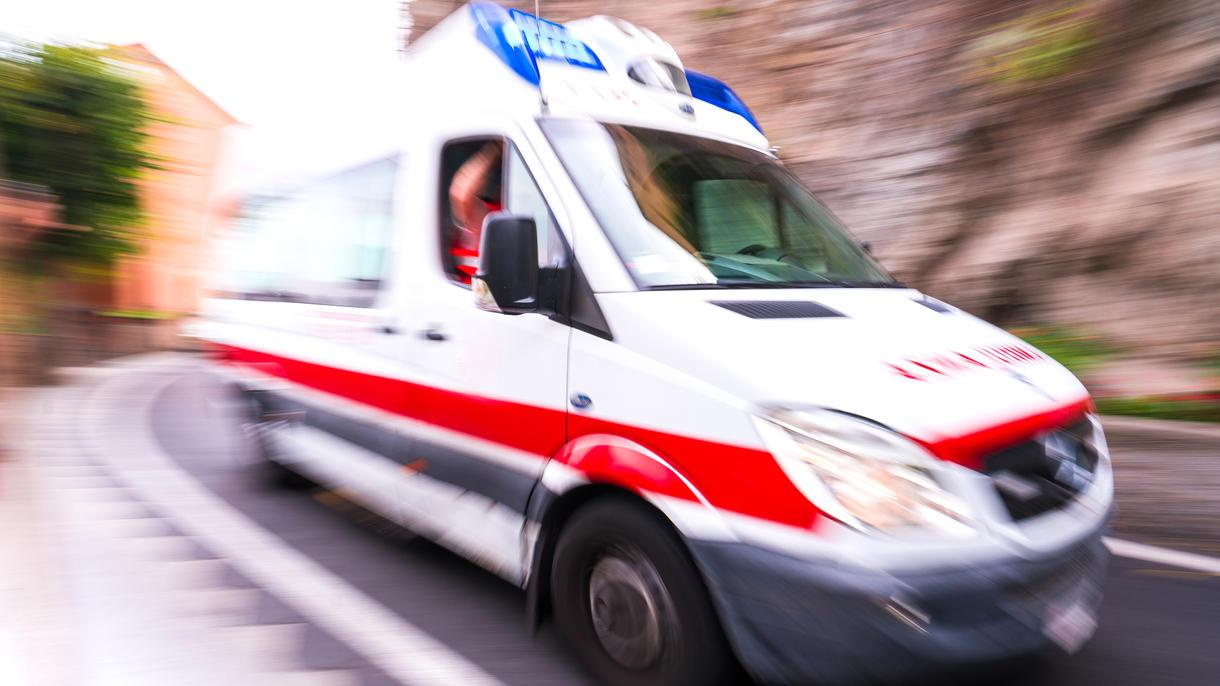 Der schwer verletzte Junge kam nach dem Sturz aus dem Gebäude ins Krankenhaus. (Symbolfoto)