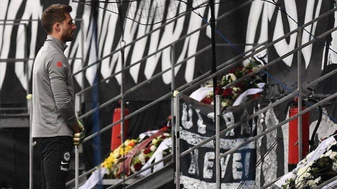 Kevin Trapp erweist verstorbenem Fan die letzte Ehre.