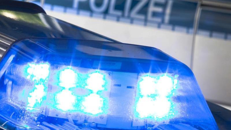 Ein Blaulicht leuchtet auf dem Dach eines Polizeiwagens. Foto: picture alliance / Friso Gentsch/dpa/Illustration