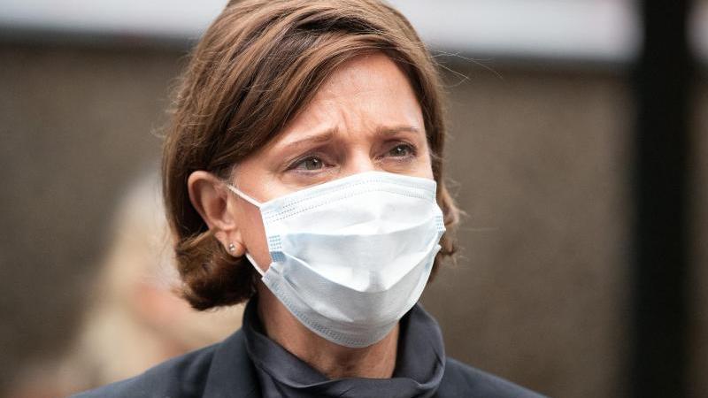 Yvonne Gebauer (FDP), Schulministerin von Nordrhein-Westfalen, trägt einen Nasen-Mundschutz. Foto: Federico Gambarini/dpa/Archivbild