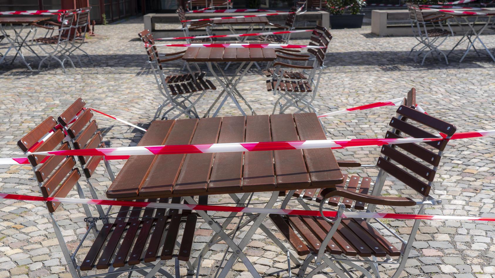 Abgesperrte Tische der Außengastronomie (Motivbild)