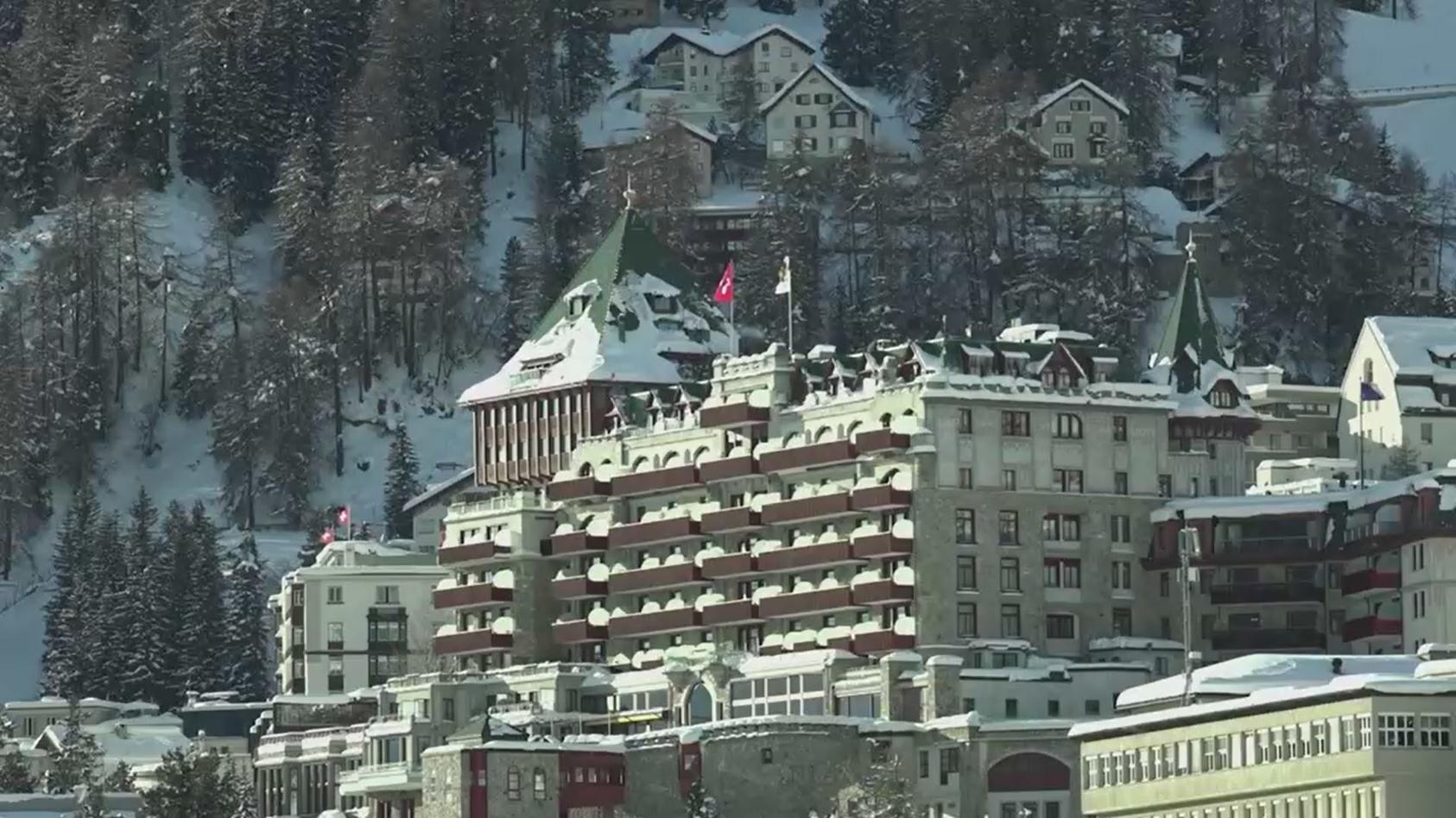 """Rund 95 Gäste und 300 Angestellte dürfen die Hotels """"Badrutt's Palace"""" und """"Grand Hotel des Bains Kempinski"""" vorerst nicht verlassen."""