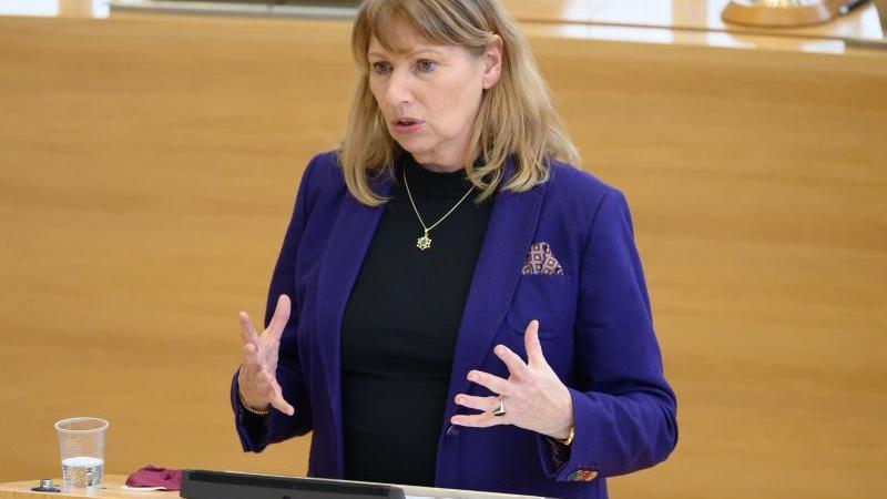 Sachsens Gesundheitsministerin Petra Köpping (SPD) spricht bei einer Landtagssitzung. Foto: Sebastian Kahnert/dpa-Zentralbild/dpa/Archivbild
