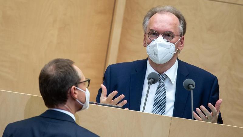 Ministerpräsident Reiner Haseloff (r, CDU) mit dem Berliner Bürgermeister Michael Müller (SPD). Foto: Bernd von Jutrczenka/dpa/Archivbild
