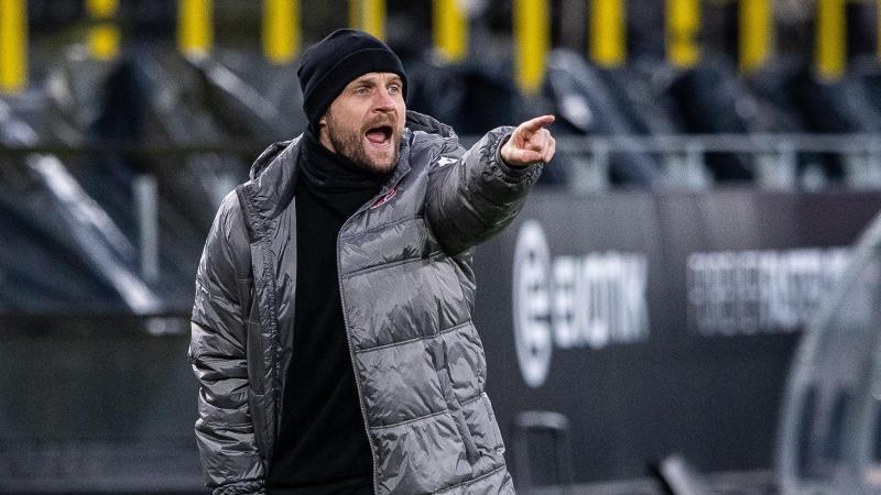Der Mainzer Trainer Bo Svensson steht an der Seitenlinie und gibt Anweisungen an seine Spieler. Foto: Guido Kirchner/dpa-Pool/dpa/Archiv