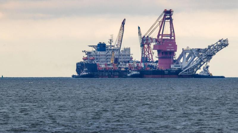 """Das russische Rohr-Verlegeschiff """"Fortuna"""" soll aus den USA mit Sanktionen verhängt werden. Foto: Jens Büttner/dpa-Zentralbild/dpa"""