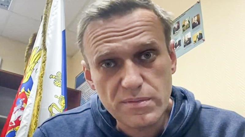 Der Kremlkritiker Alexej Nawalny wartet in einer Polizeistation im Moskauer Gebiet Chimki auf eine Gerichtsverhandlung. Foto: --/Navalny Life/AP/dpa