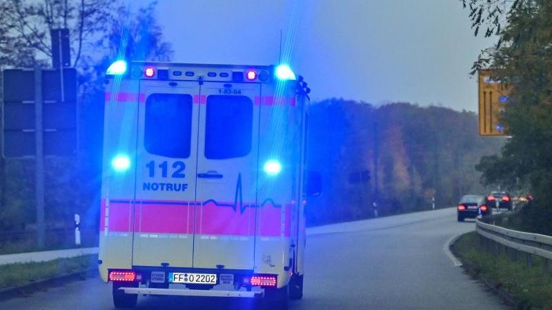 Mit Blaulicht ist ein Rettungswagen im Einsatz. Foto: Patrick Pleul/dpa-Zentralbild/ZB/Archivbild