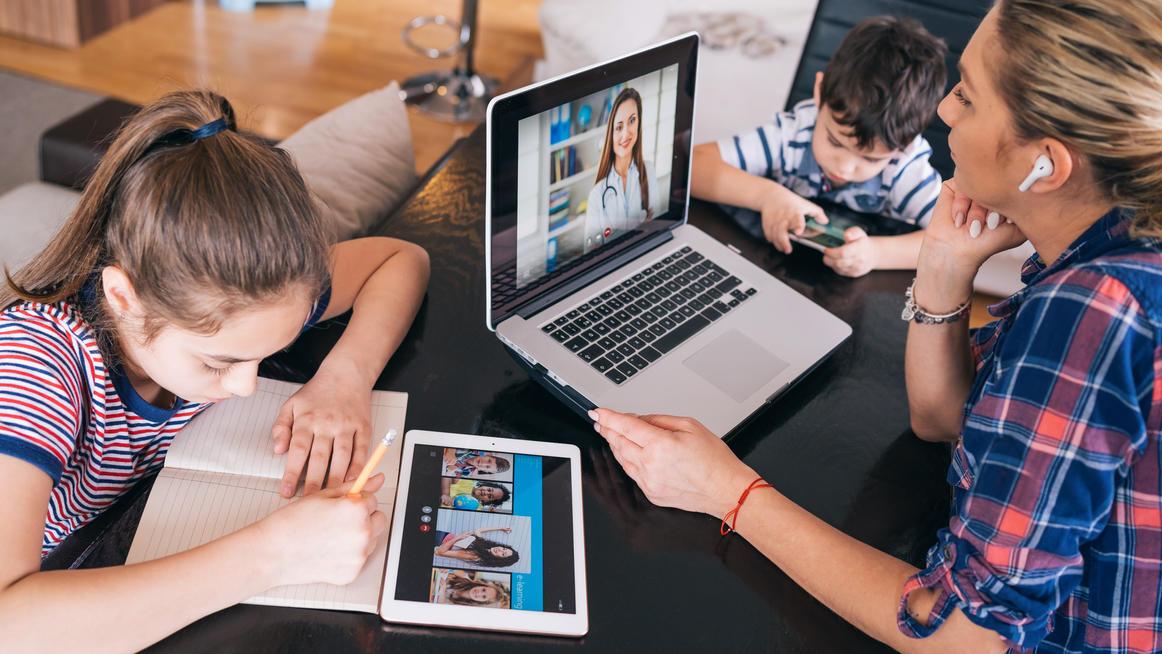 Je nach Alter kommen unterschiedliche Geräte für Homeschooling infrage: Mobiltelefon, Tablet, Notebook